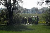 Dvě mrtvá těla byla nalezena v pátek 11. dubna 2014 ráno na okraji pražské Uhříněvsi.