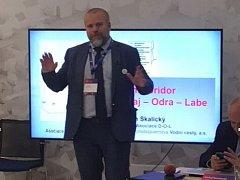 Jan Skalický při prezentaci přínosů kanálu Dunaj-Odra-Labe.