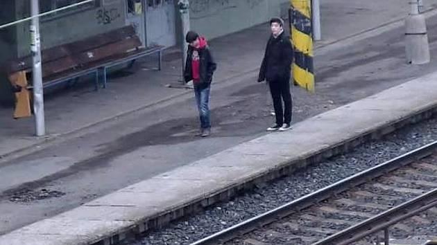 Kamerový systém zachytil dvojici mladíků, kteří jsou podezřelí z posprejování budovy železničního nádraží v Zelenči.