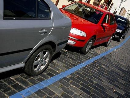 TENKÁ MODRÁ ČÁRA. Označení rezidentní zóny zná důvěrně každý pražský řidič. Bude ho potkávat i na Smíchově?