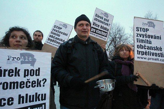 Před ministerstvem zdravotnictví na Palackého náměstí se 22. prosince konala demonstrace proti hluku.