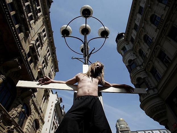 Pouliční happening studentů katedry alternativního divadla DAMU, kteří odehráli 22. dubna v centru Prahy scénu Kristova ukřižování.