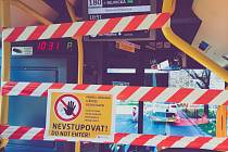 Řidiči v autobusech městské hromadné dopravy v Praze jsou oddělení od ostatních cestujících kvůli prevenci proti šíření koronaviru..