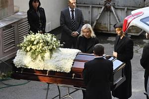 Ivana Gottová a Dominika Gottová (zprava) u rakve s ostatky Karla Gotta 12. října 2019 v motolském krematoriu v Praze. Pohřební vůz rakev přivezl po zádušní mši, která se konala v katedrále sv. Víta, Václava a Vojtěcha na Pražském hradě. Zpěvák zemřel 1.