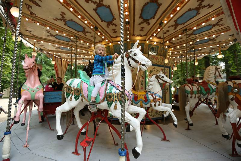 200 let starý kolotoč z Florencie se pyšní ručně vyřezávanými koňmi a kočáry a lidé se na něm mohou svézt do konce září.