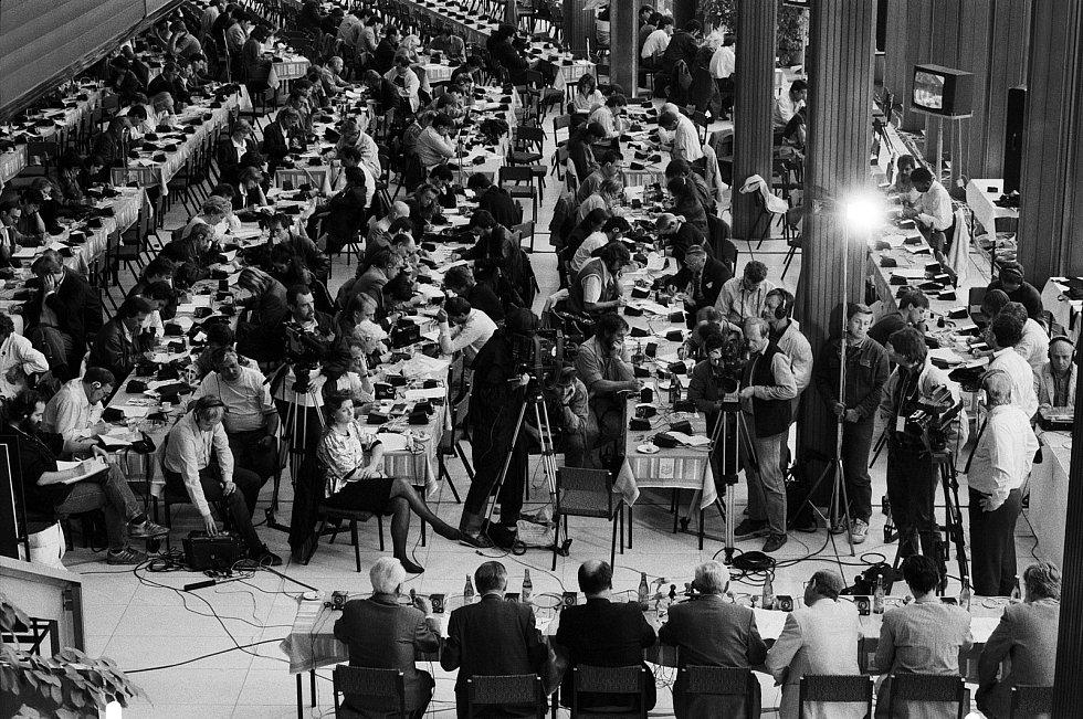 Vyhlášení výsledků svobodných  voleb v roce 1990 v mezinárodním tiskovém středisku v pražském Paláci kultury, kde bylo akreditováno přes 500 zahraničních a na 300 čs. novinářů.