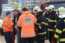 K nahlášenému případu nevolnosti jeřábníka vyjeli smíchovští hasiči - lezci, aby ho pomohli dostat ze zhruba 50m výšky na zem.