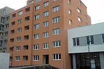 Rezidence RoSa ve Střelničné ulici v Kobylisích. V objektu nyní spíše potkáte víc stavebních dělníků než budoucích nájemníků. Nicméně objekt už nyní přivítal své první nájemníky.