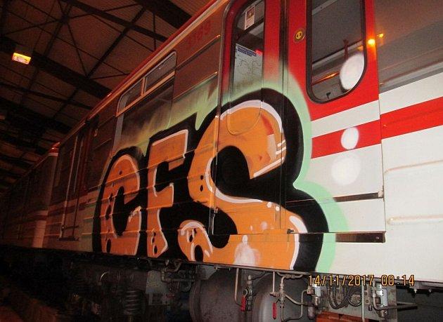 Mladíci posprejovali vagon metra