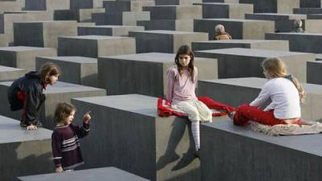 V Berlíně připomíná událost 2. svět. války - holocaust památník v podobě obřích krychlí.