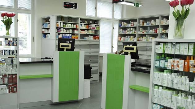 Nonstop lékárna u hlavního vchodu do Nemocnice Na Bulovce v Praze.