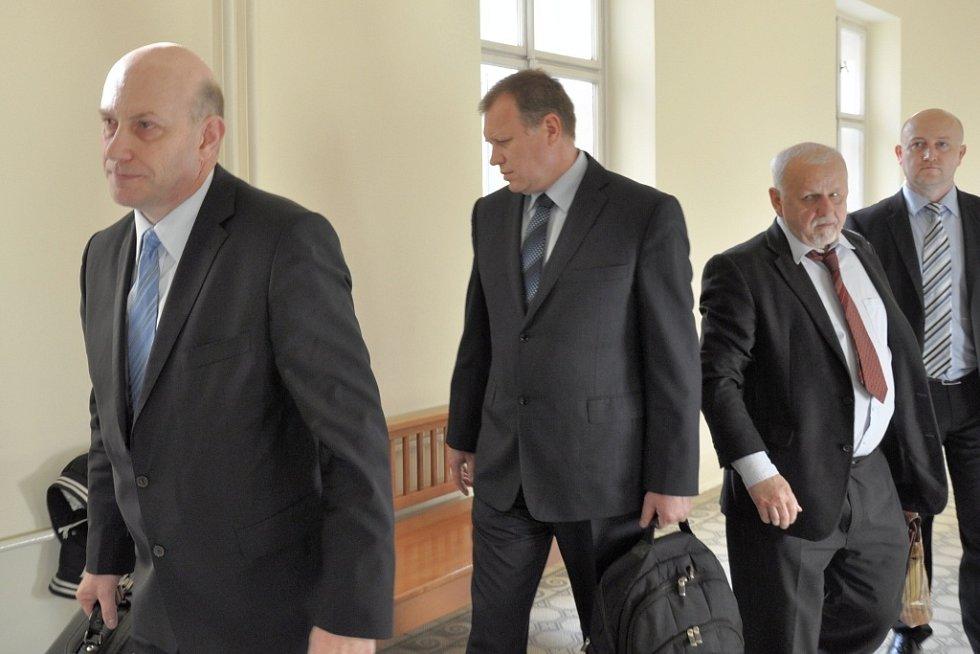 Někdejší první náměstek ministerstva práce Vladimír Šiška i bývalý šéf tamního odboru informatiky Milan Hojer u pražského městského soudu popřeli, že by nabídli firmě OKsystem úplatek ve formě přidělení veřejné zakázky.