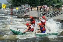 Čtyř a šestičlenné posádky, které se k již 17. ročníku závodu sjely z celé republiky, soupeřily na divoké vodě v projíždění branek na raftech.