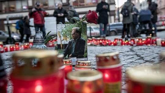 Lidé si na pražském Jungmannově náměstí připomínali 7 let od smrti Václava Havla.
