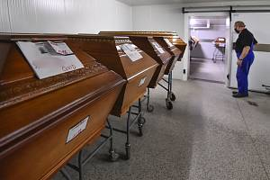 Rakve se zesnulými v kremtoriu - Rakve se zesnulými v chladícím boxu krematoria. Ilustrační foto.
