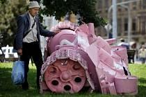 Skulptura výtvarníka Davida Černého v podobě torza růžového tanku se objevila 21. srpna brzy ráno na náměstí Kinských v Praze.