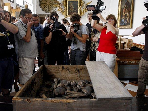 Teologové a antropologové vyzdvihli 11. července z hrobu v kostele Panny Marie Sněžné v Praze tělesné ostatky čtrnácti umučených františkánů v souvislosti s jejich očekávaným blahořečením.