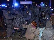 Za Mánesovým mostem zastavili příznivce Miloše Zemana jejich odpůrci. Obě skupiny oddělují policejní těžkooděnci.