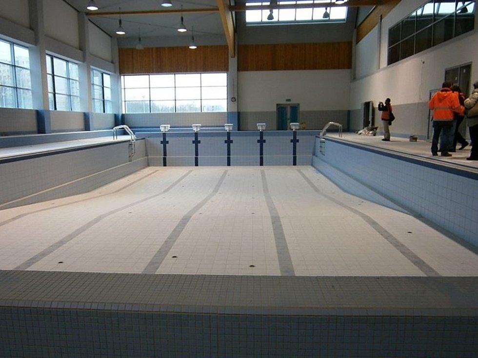 Dokončovací fáze výstavby Jedenáctky VS – komplexu bazénů a sportovišť v Praze 11.