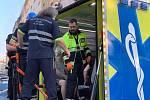 Záchranáři ošetřili po požáru v Holešovicích jednoho lehce popáleného hasiče. Tři lidi se nadýchali zplodin.