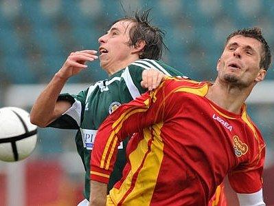 Barcal (vlevo) z Hlučína bojuje o míč s Palšou, hráčem týmu Dukla.
