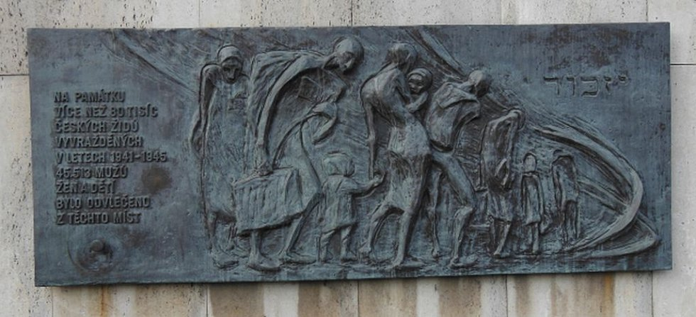 Parkhotel Praha. Pamětní deska na hotelu a nápis : Na památku více než 80 tisíc českých Židů vyvražděných v letech 1941-1945. 45.513 mužů, žen a dětí bylo odvlečeno z těchto míst.