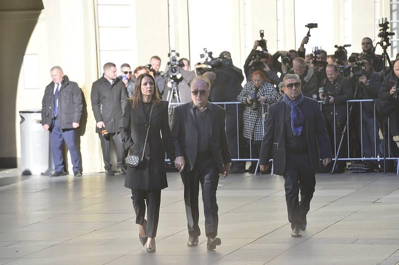 Ve svatovítské katedrále se koná zádušní mše za Karla Gotta, kam mohou jen pozvaní hosté. Zpěvák Petr Janda s manželkou