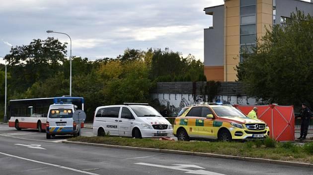 Cyklistka v pražských Kyjích nepřežila střet s autobusem.