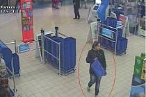 Podezřelá z krádeže kabelky.