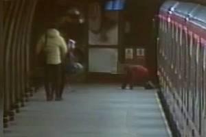 Čtrnáctiletý chlapec v metru nebyl schopný stát, nadýchal přes 3,5 promile.