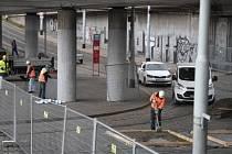 Dělníci zahájili práce na stabilizaci mostu u Vltavské.