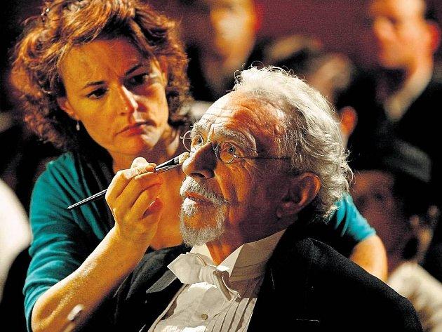POSLEDNÍ ÚPRAVY.A dirigent Pierre Richard může předstoupit před orchestr.