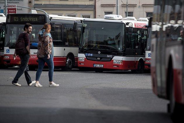 Autobusy městské hromadné dopravy Dopravního podniku značky SOR stojící na autobusovém nádraží Na Knížecích v Praze.