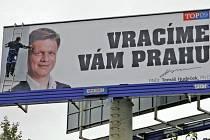 Spor, jaký tady ještě nebyl. Krátce před volbami z billboardů v Praze zmizel pražský primátor Tomáš Hudeček. Kvůli stavebním předpisům, které prosadil.