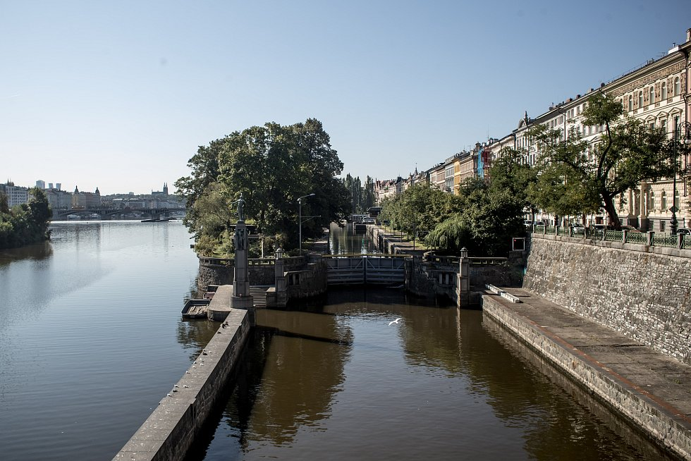 Dětský ostrov a plavební komora Smíchov 29. sprna v Praze.