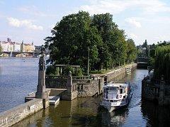 Dětský ostrov se nachází na území Prahy 5 u Janáčkova nábřeží.