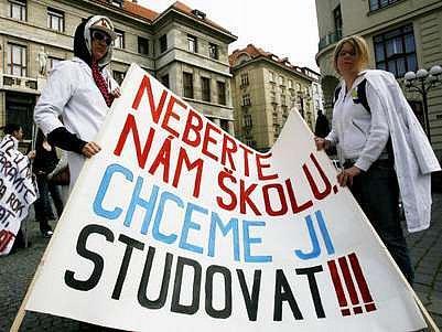 Takto protestovali studenti proti slučování jiných škol v Praze v květnu 2007.