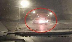 Strážníci uviděli v ul. Ke Kateřinkám auto uprostřed vozovky.