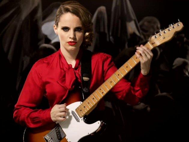 Anglická zpěvačka a kytaristka Anna Calvi.