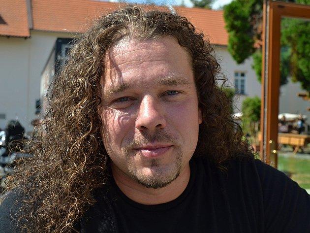 Zpěvák kapely Arakain a muzikálový herec Jan Toužimský.