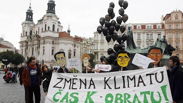 Aktivistům upozorňujícím na změny klimatu se dnes nepodařilo vytvořit živý nápis, ani rozdat 350 balónků s nápisy CO2, jak původně plánovali. Na Staroměstském náměstí byly k vidění alespoň masky světových politiků s nápisy vyzývajícími ke změně chování k