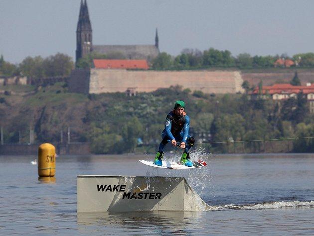 V areálu Žluté lázně proběhla tisková konference k zahájení sezony 2014. Na snímku exhibice wakeboardů na Vltavě.