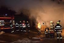 Od nedělního večera až do pondělního odpoledne likvidovali středočeští hasiči rozsáhlý požár skladu slámy v zemědělském objektu v Jílovišti na Praze-západ.
