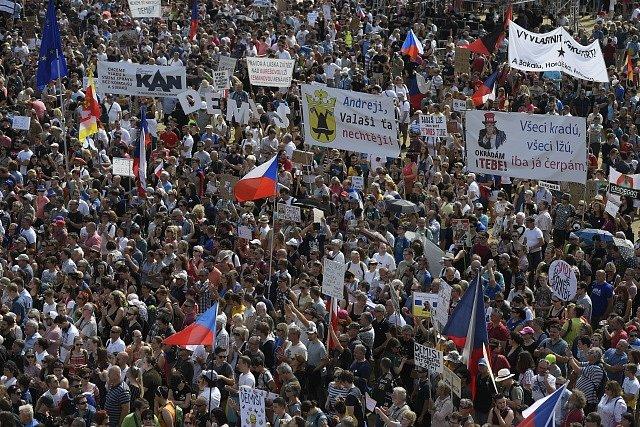 Lidé na pražské Letné protestují proti Andreji Babišovi.