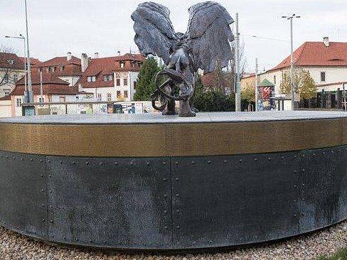 Potomek jednoho z československých letců RAF si stěžuje, že památník Okřídlený lev na pražském Klárově je zneuctíván.