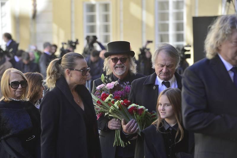 Ve svatovítské katedrále se koná zádušní mše za Karla Gotta, kam mohou jen pozvaní hosté. Režisér Jiří Adamec a Ondřej Hejma