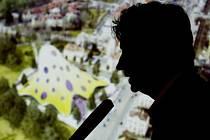 TADY STÁT NEBUDE. Podle bývalého ministra kultury Jandáka (ČSSD) se občanští demokraté snaží zdržovací taktikou přimět architekta Jana Kaplického, aby z projektu vycouval sám.