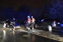 Při čelním střetu u ruzyňského letiště byli zraněni čtyři lidé včetně dvou dětí.