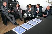 Za Společnost radnice Praha 12 smlouvu signovali generální ředitel KLEMENT a. s. Ing. Vlastimil Kaňovský a za GEOSAN GROUP a. s. výkonný ředitel Ing. Ivan Havel a výrobní ředitel Ing. Kamil Vykydal.