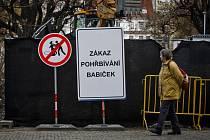 """Na několika místech v Praze v okolí staveb se ve středu 11. března 2015 objevily nejspíše recesistické dopravní značky """"Zákaz pohřbívání babiček"""". Snímek je z Karlova náměstí."""